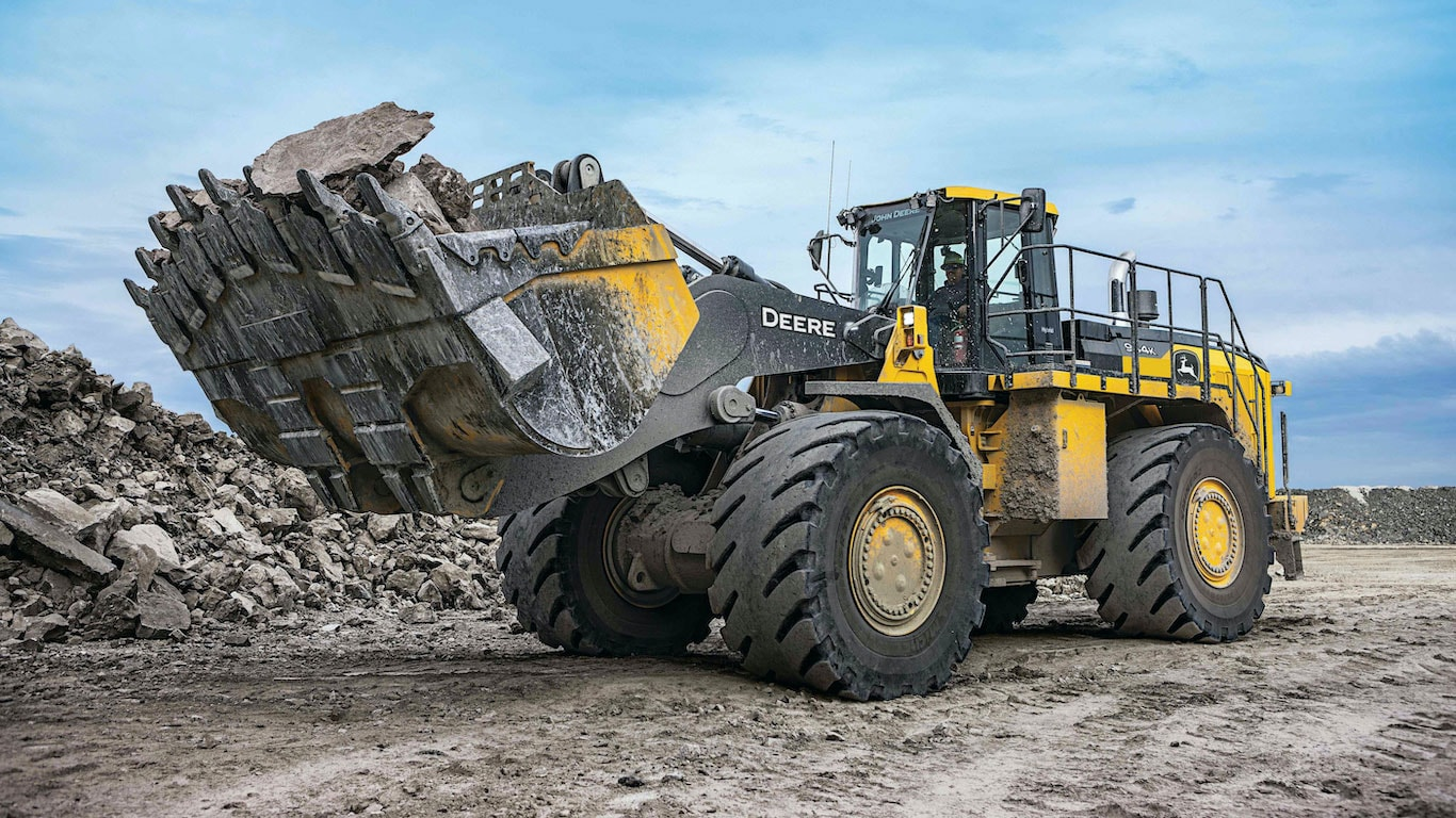 Image of the 944K Hybrid machine moving rock materials on a jobsite.