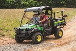 Le nouveau véhiculeHPX615E roulant sur un chemin de terre