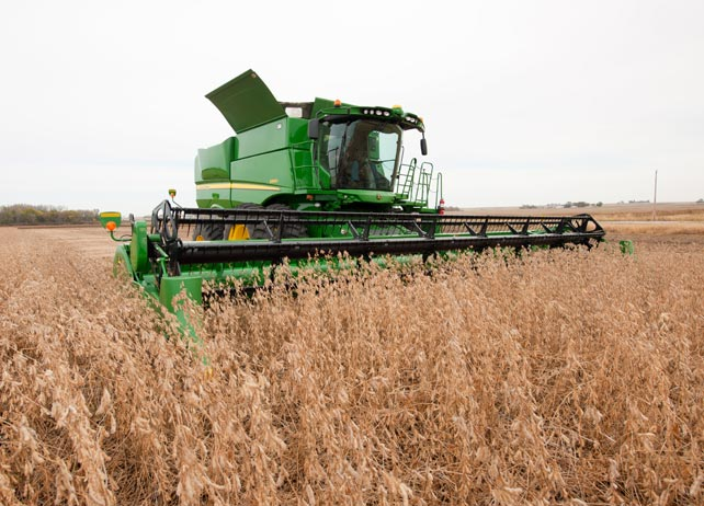 S660 Combine harvesting a field of soybeans
