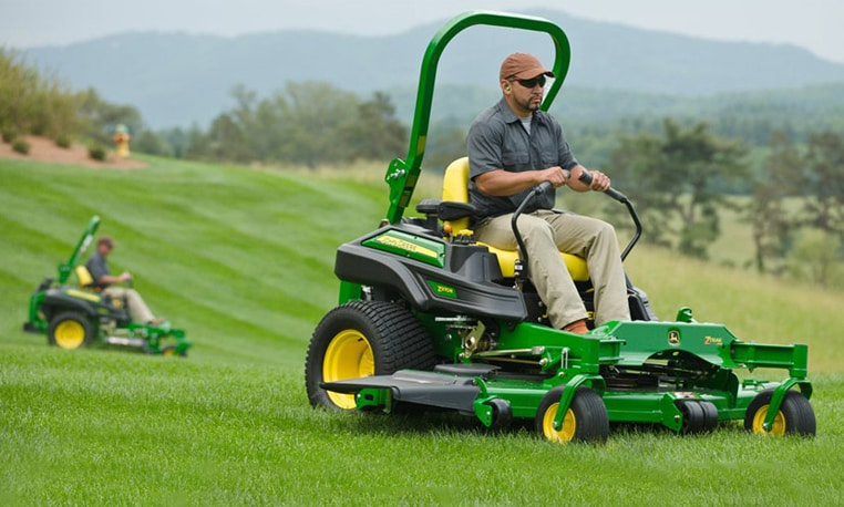 Landscape worker using a ZTrak Z900 R Series mower on a golf course